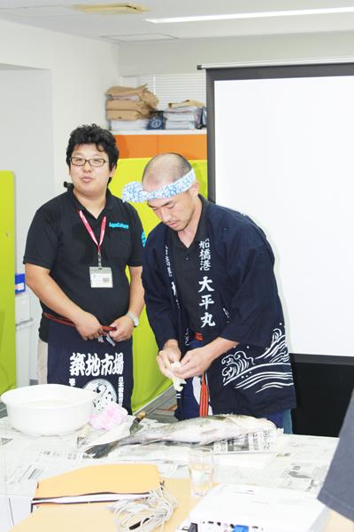 魚を捌く山本さん
